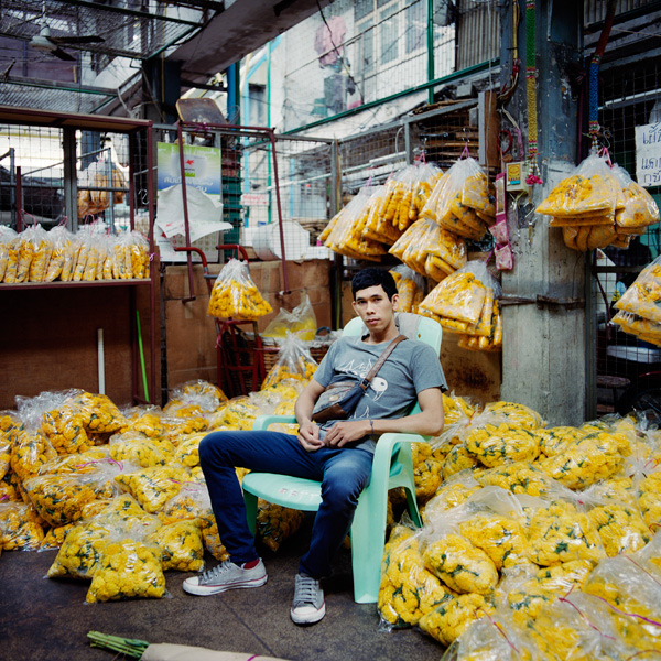 Trabajador en el mercado de las flores de Bangkok.